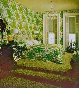 Wallpaper and super shag carpet, with colors that overwhelm, perfect for the period, late 60s and early 70s